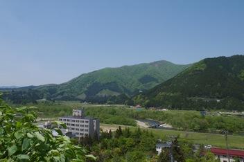 温泉街から花渕山を望む